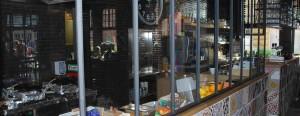 Die Glasscheibe trennt Küche und Gastraum in der Brasserie Nieuwpoort